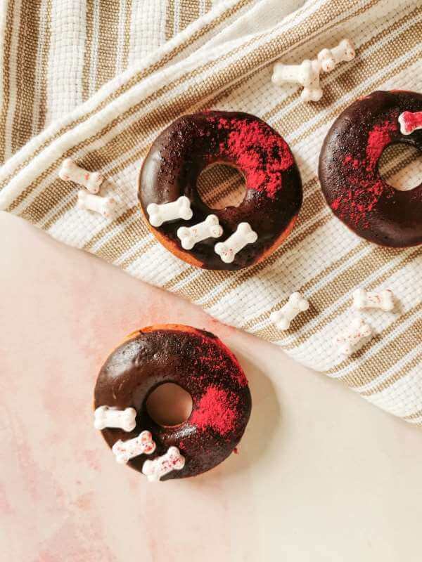 Red Donuts con classa al cioccolato fondente e colorante alimentare naturale rosso